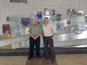 De gauche à droite : Steve Smith (Conférencier en analyse, Telfer) et Dennis Buttera (Responsable de l'éducation, IBM)